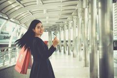 Πορτρέτο του χαμόγελου των νέων όμορφων τσαντών αγορών εκμετάλλευσης γυναικών Στοκ φωτογραφία με δικαίωμα ελεύθερης χρήσης