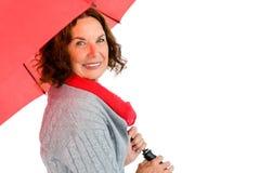 Πορτρέτο του χαμόγελου της ώριμης ομπρέλας εκμετάλλευσης γυναικών Στοκ Φωτογραφίες