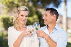 Πορτρέτο του χαμόγελου του μόνιμου κρασιού κατανάλωσης ζευγών και ψήσιμο Στοκ φωτογραφία με δικαίωμα ελεύθερης χρήσης