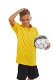 Πορτρέτο του χαριτωμένου αγοριού με μια σφαίρα ποδοσφαίρου που απομονώνεται σε ένα άσπρο υπόβαθρο Αθλητικός έφηβος στο κίτρινο πο Στοκ Εικόνες