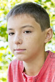 Πορτρέτο του χαριτωμένου αγοριού φακίδων Στοκ Φωτογραφίες