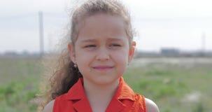 Πορτρέτο του χαριτωμένου ευτυχούς καυκάσιου χαμόγελου μικρών κοριτσιών φιλμ μικρού μήκους