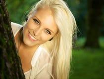 Πορτρέτο του χαριτωμένου θηλυκού σε ένα δάσος Στοκ Φωτογραφίες