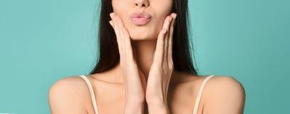 Πορτρέτο του χαριτωμένου καλού κοριτσιού στο καπέλο kokoshnik που στέλνει το φυσώντας φιλί με τα χείλια ικτάλουρων που εξετάζουν  στοκ εικόνες