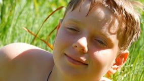 Πορτρέτο του χαριτωμένου κοκκινομάλλους εφήβου μετά από να κολυμπήσει στον ποταμό το καλοκαίρι Έφηβος αγοριών με τις φακίδες και  απόθεμα βίντεο