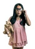 Πορτρέτο του χαριτωμένου κοριτσιού που φορά Eyeglasses, που παρουσιάζει ουπς Expressi Στοκ Εικόνες