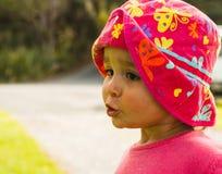 Πορτρέτο του χαριτωμένου μικρού κοριτσιού με τα μεγάλα μάτια Στοκ εικόνες με δικαίωμα ελεύθερης χρήσης
