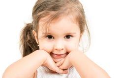 Πορτρέτο του χαριτωμένου μικρού κοριτσιού με τα χέρια κάτω από το πηγούνι που απομονώνεται Στοκ εικόνα με δικαίωμα ελεύθερης χρήσης