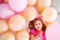 Πορτρέτο του χαριτωμένου μικρού κοριτσιού στο αναδρομικό ύφος άνω του BA μπαλονιών Στοκ φωτογραφία με δικαίωμα ελεύθερης χρήσης