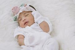 Πορτρέτο του χαριτωμένου νεογέννητου ύπνου μωρών στο άσπρο κάλυμμα Στοκ Εικόνα