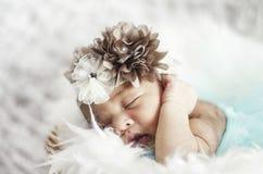 Πορτρέτο του χαριτωμένου νεογέννητου ύπνου μωρών στο άσπρο κάλυμμα Στοκ Εικόνες