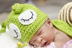 Πορτρέτο του χαριτωμένου νεογέννητου ύπνου μωρών στο άσπρο κάλυμμα Στοκ φωτογραφίες με δικαίωμα ελεύθερης χρήσης