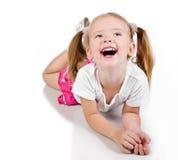 Πορτρέτο του χαριτωμένου χαμογελώντας μικρού κοριτσιού στοκ φωτογραφία με δικαίωμα ελεύθερης χρήσης
