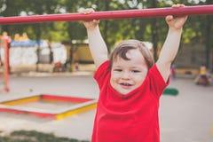 Πορτρέτο του χαριτωμένου χαμόγελου αγοριών και του παιχνιδιού στην παιδική χαρά στοκ φωτογραφίες