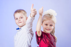 Πορτρέτο του χαριτωμένων μικρού παιδιού και του κοριτσιού με τα πλήγματα επάνω Στοκ εικόνες με δικαίωμα ελεύθερης χρήσης