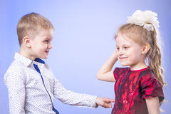 Πορτρέτο του χαριτωμένων μικρού παιδιού και του κοριτσιού που έχουν τη διασκέδαση Στοκ εικόνα με δικαίωμα ελεύθερης χρήσης