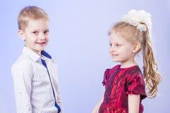 Πορτρέτο του χαριτωμένων μικρού παιδιού και του κοριτσιού Στοκ εικόνες με δικαίωμα ελεύθερης χρήσης