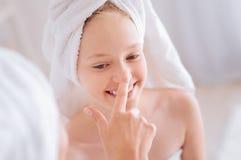 Πορτρέτο του χαρούμενου κοριτσιού που που παίζει με το mom της στοκ εικόνα