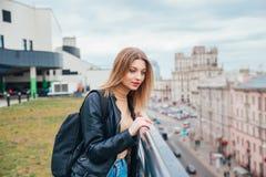 Πορτρέτο του χαρούμενου όμορφου μοντέρνου κοριτσιού στη στέγη στην πόλη όμορφη όψη πόλεων Στοκ φωτογραφία με δικαίωμα ελεύθερης χρήσης