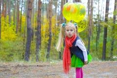 Πορτρέτο του 5χρονου κοριτσιού με τα μπαλόνια Στοκ Εικόνες