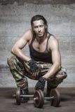 Πορτρέτο του όμορφου αθλητή κατά τη διάρκεια του υπολοίπου workout του Στοκ φωτογραφία με δικαίωμα ελεύθερης χρήσης