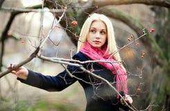 Πορτρέτο του όμορφου αισθησιακού κοριτσιού με τα παχιά ξανθά μαλλιά, lookin στοκ φωτογραφίες
