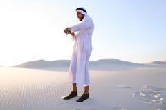 Πορτρέτο του όμορφου αραβικού επιχειρηματία που που δοκιμάζει το νέο iWatc Στοκ Εικόνες