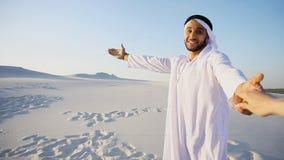 Πορτρέτο του όμορφου αραβικού Sheikh οδηγού τουριστών εμιράτων αρσενικού, Στοκ φωτογραφία με δικαίωμα ελεύθερης χρήσης