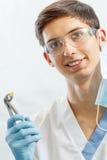 Πορτρέτο του όμορφου αρσενικού οδοντιάτρου με τα οδοντικά εργαλεία στο denta Στοκ εικόνες με δικαίωμα ελεύθερης χρήσης