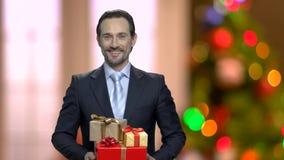 Πορτρέτο του όμορφου ατόμου με τα δώρα Χριστουγέννων απόθεμα βίντεο