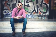Πορτρέτο του όμορφου ατόμου με το τηλέφωνο διαθέσιμο Στοκ φωτογραφία με δικαίωμα ελεύθερης χρήσης