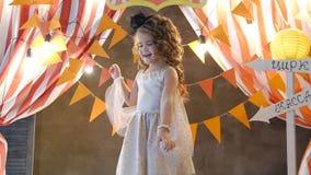 Πορτρέτο του όμορφου ευτυχούς μικρού κοριτσιού απόθεμα βίντεο