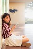 Πορτρέτο του όμορφου εφήβου και της κινητής συνεδρίασης τηλεφωνικών διαθέσιμης χεριών στο χ Στοκ εικόνες με δικαίωμα ελεύθερης χρήσης