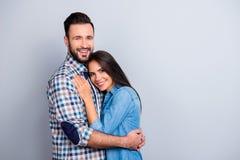 Πορτρέτο του όμορφου, εύθυμου, θετικού, συμπαθητικού ζεύγους στο πουκάμισο Στοκ φωτογραφία με δικαίωμα ελεύθερης χρήσης
