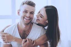 Πορτρέτο του όμορφου ζεύγους που αγκαλιάζει και που χαμογελά Στοκ Εικόνες