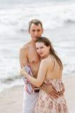 Πορτρέτο του όμορφου ζεύγους που αγκαλιάζει στο υπόβαθρο παραλιών Στοκ Εικόνες
