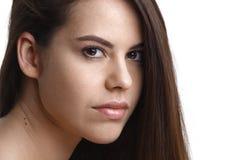 Πορτρέτο του όμορφου θηλυκού προτύπου στο άσπρο υπόβαθρο Στοκ εικόνες με δικαίωμα ελεύθερης χρήσης