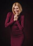 Πορτρέτο του όμορφου θηλυκού στον κόκκινο ιματισμό που εξετάζει τη κάμερα Στοκ Φωτογραφίες