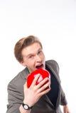 Πορτρέτο του όμορφου διευθυντή που κρατά ένα κόκκινο μήλο στοκ εικόνες