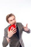 Πορτρέτο του όμορφου διευθυντή που κρατά ένα κόκκινο μήλο στοκ φωτογραφία