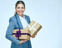 Πορτρέτο του όμορφου κιβωτίου δώρων εκμετάλλευσης επιχειρησιακών γυναικών Στοκ Εικόνες