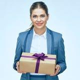 Πορτρέτο του όμορφου κιβωτίου δώρων εκμετάλλευσης επιχειρησιακών γυναικών Στοκ εικόνα με δικαίωμα ελεύθερης χρήσης