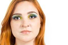 Πορτρέτο του όμορφου κοριτσιού κλείστε επάνω Κοκκινομάλλες κορίτσι που φορά colorf Στοκ Εικόνες