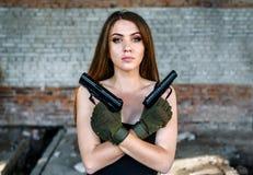 Πορτρέτο του όμορφου κοριτσιού με δύο πυροβόλα όπλα στοκ φωτογραφίες με δικαίωμα ελεύθερης χρήσης