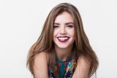Πορτρέτο του όμορφου κοριτσιού με τα κόκκινα χείλια στοκ φωτογραφίες