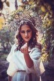 Πορτρέτο του όμορφου κοριτσιού με τα μαγικά μάτια Στοκ φωτογραφία με δικαίωμα ελεύθερης χρήσης