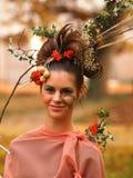 Πορτρέτο του όμορφου κοριτσιού με τα φύλλα φθινοπώρου και με το μοντέρνο μ Στοκ Εικόνα
