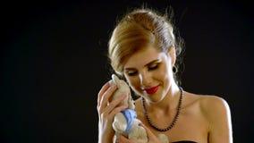 Πορτρέτο του όμορφου κοριτσιού με το παιχνίδι απόθεμα βίντεο