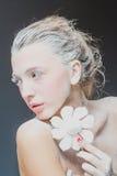 Πορτρέτο του όμορφου κοριτσιού που τρώει marshmallows Φωτογραφία τέχνης κονιοποιημένη ζάχαρη στοκ φωτογραφία με δικαίωμα ελεύθερης χρήσης