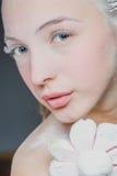 Πορτρέτο του όμορφου κοριτσιού που τρώει marshmallows Φωτογραφία τέχνης κονιοποιημένη ζάχαρη στοκ εικόνες